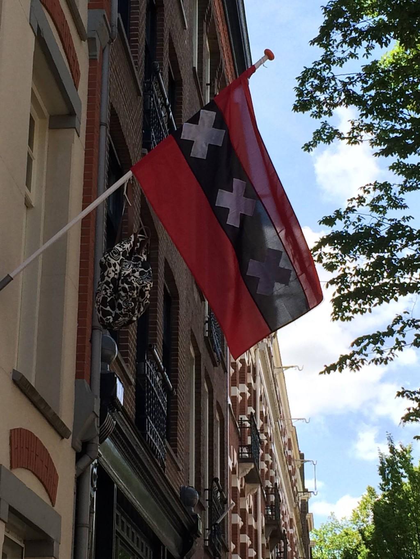 Een Amsterdamse vlag hangt uit met tas na slagen voor het examen