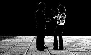 Man en vrouw praten met elkaar