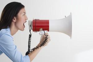 Vrouw schreeuwt in megafoon