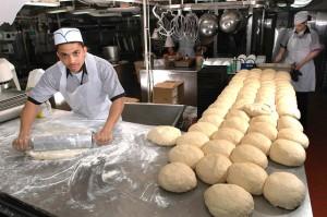 Bakkers in de bakkerij